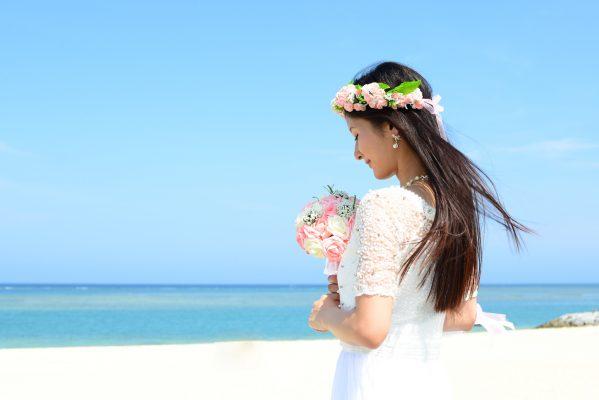 街コンレポート_砂浜でブーケを持っている花嫁の後ろ姿