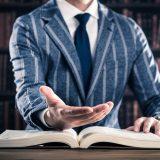 街コンレポート_スーツを着た男性が手を差し伸べています