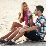 街コンレポート_男性と女性が砂浜に座って会話を楽しんでいます