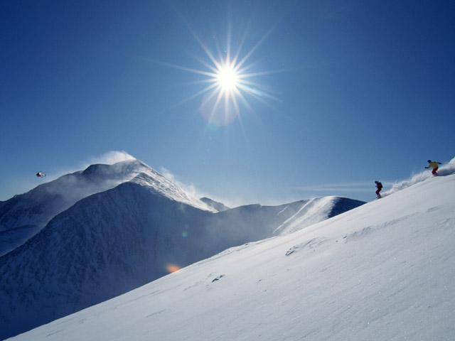 街コンレポート_雪山をスキーヤーが滑っています