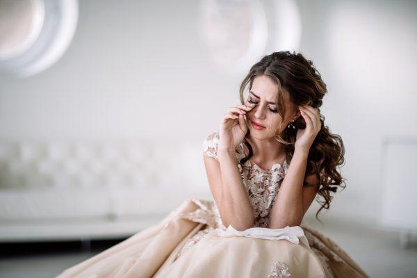 街コンレポート_泣いているドレスを着た女性