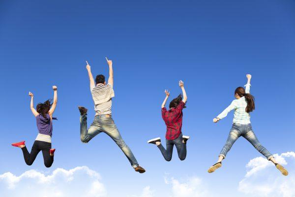 街コンレポート_青空に向かってジャンプしている男女