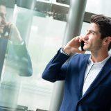 街コンレポート_スーツを着た男性が電話をしています