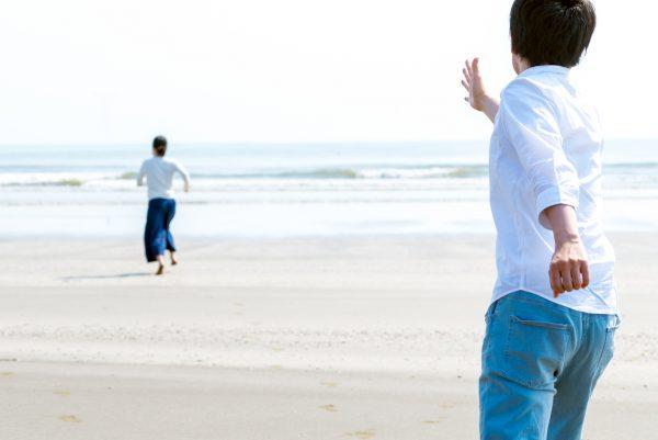 街コンレポート_砂浜で女性を追いかけている男性