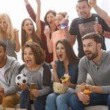 街コンレポート_男女のフループがサッカーの試合をテレビで観ています