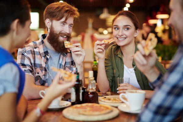 街コンレポート_ピザを食べながら談笑している男女