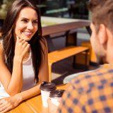 街コンレポート_ベンチでコーヒーを飲みながら談笑している男女