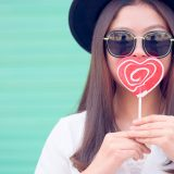 街コンレポート_ハートのキャンディーを口に当てている女性