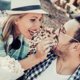 街コンレポート_彼氏にポップコーンを食べさせてあげているカップル