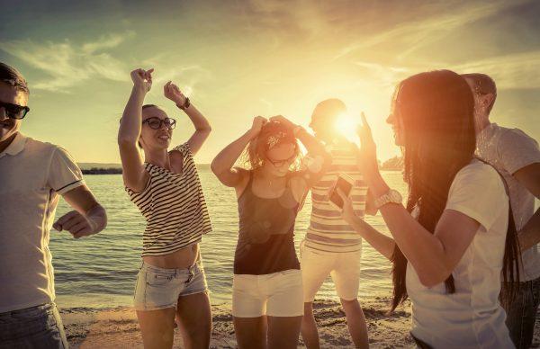 街コンレポート_ビーチでダンスをする男女