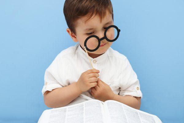 街コンレポート_眼鏡越しに本を見ている男の子