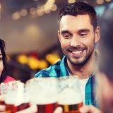 街コンレポート_ビールで乾杯している男女