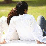 街コンレポート_芝生の上に座ってピクニックしている男女