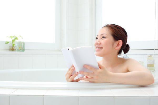 街コンレポート_お風呂に入りながら本を読んでいる女性