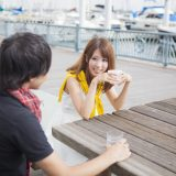 街コンレポート_海辺のベンチで飲み物を飲みながら話しているカップル
