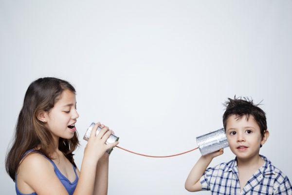 街コンレポート_女の子と男の子が糸電話をしている