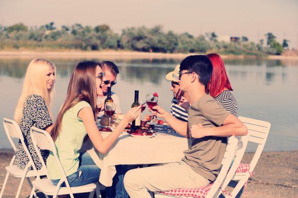 街コンレポート_海辺で食事を楽しむ男女