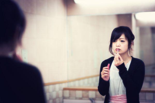 街コンレポート_鏡を見ながら口紅を塗っている女性