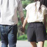 街コンレポート_男女のカップルが手をつないで歩く後姿