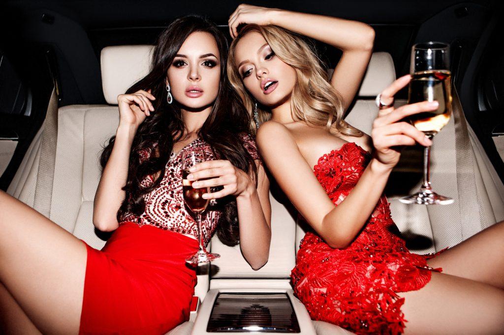 街コンレポート_リムジンに乗った美女2人がシャンパングラスを持っている