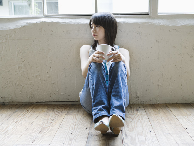 街コンレポート_壁に寄りかかって座っている女性