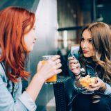街コンレポート_ジュースとフルーツを食べている2人の女性