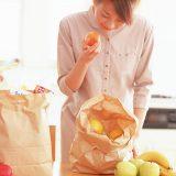 街コンレポート_女性が食材を手に取っています