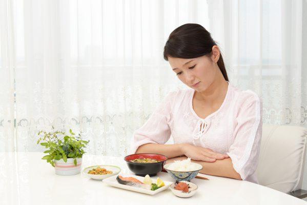 街コンレポート_朝食を見つめながら乗り気じゃない顔をしている女性