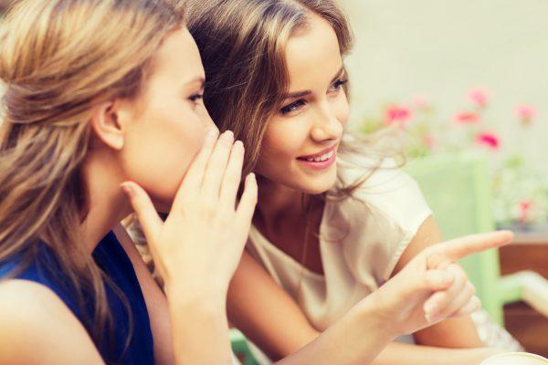 街コンレポート_指をさしながらこそこそ話をしている女性たち