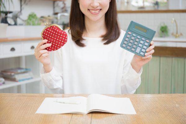 街コンレポート_女性がお財布と電卓を持っています