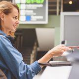 街コンレポート_出国審査でパスポートを渡している女性