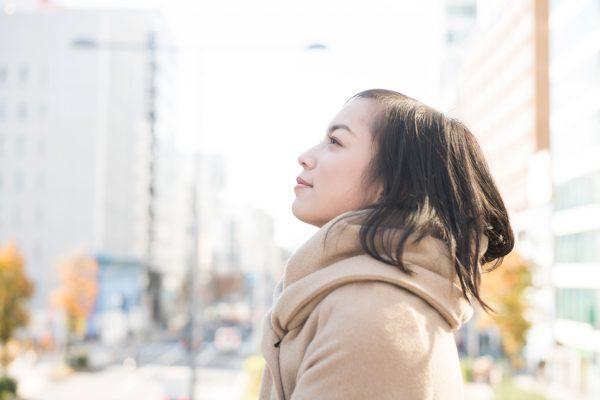 街コンレポート_空を見上げる女性