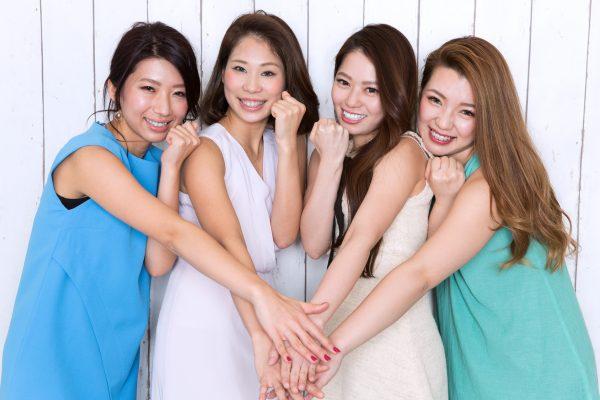 街コンレポート_アラサー女性4人で手を合わせています