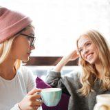 街コンレポート_コーヒーを飲みながら談笑している2人の女性
