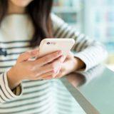 街コンレポート_女性が携帯を操作しています