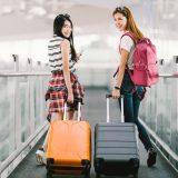 街コンレポート_女性二人がスーツケースをひいています
