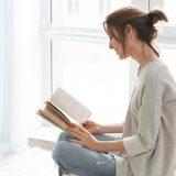街コンレポート_女性が読書しています