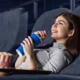 街コンレポート_女性が映画館で映画を観ています