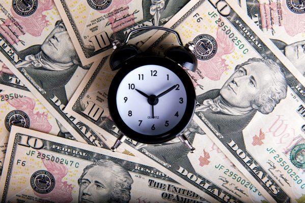 街コンレポート_ドル紙幣と目覚まし時計