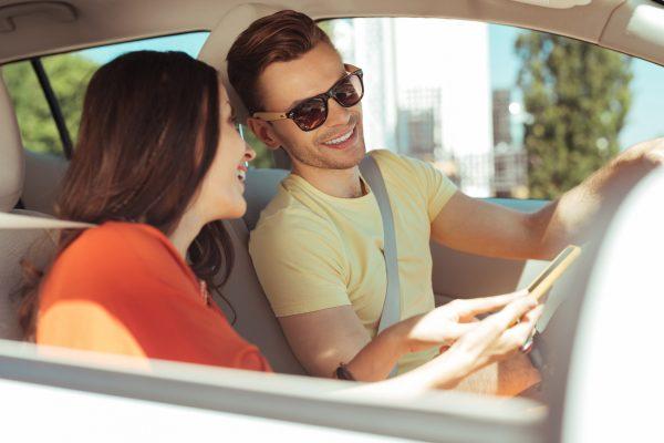 街コンレポート_ドライブ中のカップル