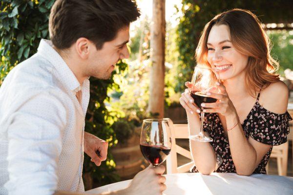 街コンレポート_テラスで赤ワインを楽しんでいるカップル