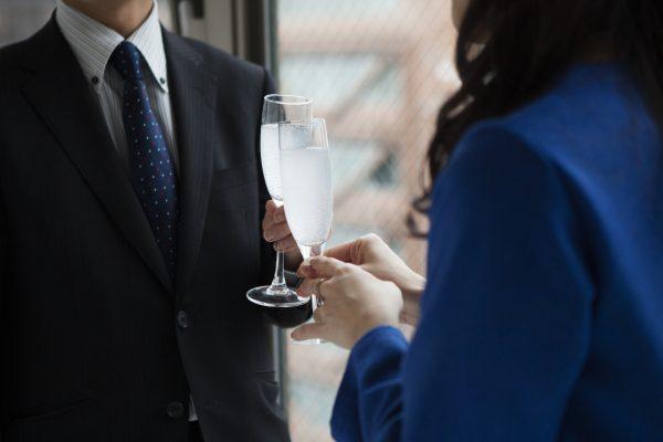 街コンレポート_シャンパンで乾杯している男女