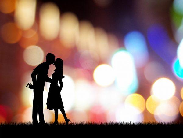 街コンレポート_キスをしているカップルのシルエット