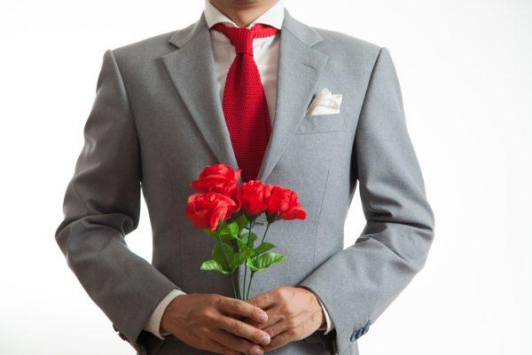 街コンレポート_花束を持ったスーツ姿の男性