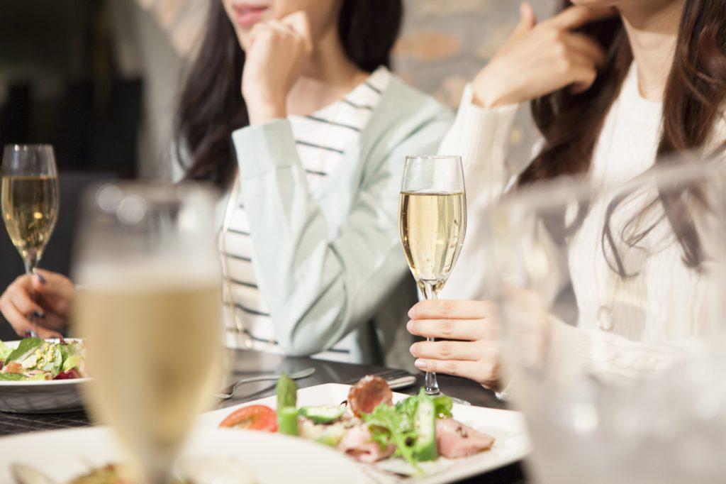 街コンレポート_女性2人がシャンパンと食事を楽しんでいます