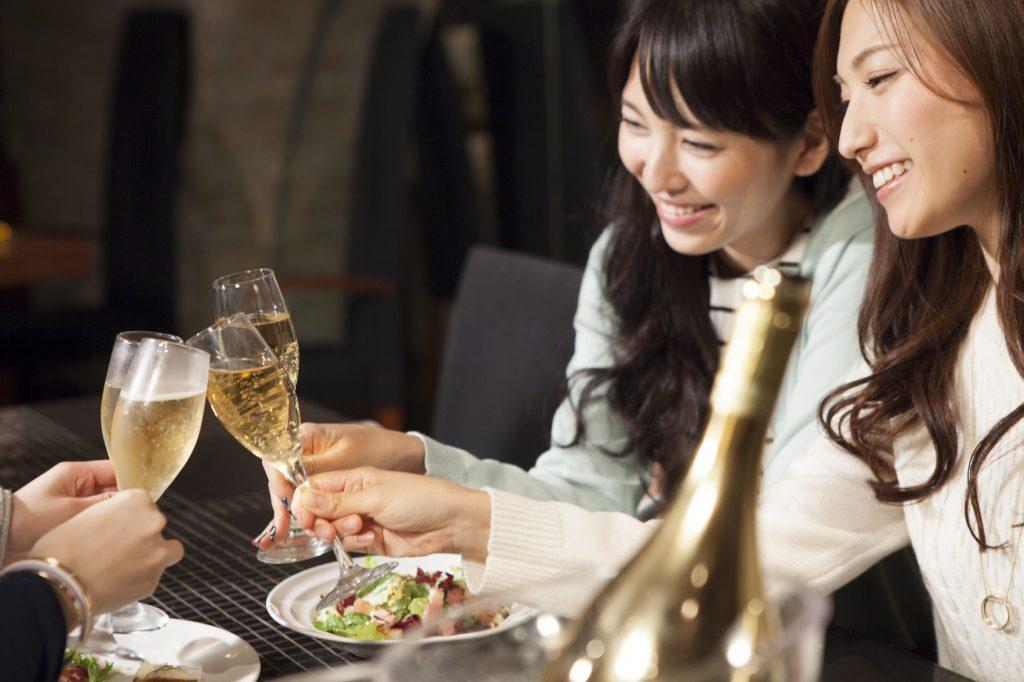 街コンレポート_女性2人がシャンパンで乾杯しています