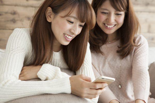 街コンレポート_携帯を見ながら談笑している女性2人