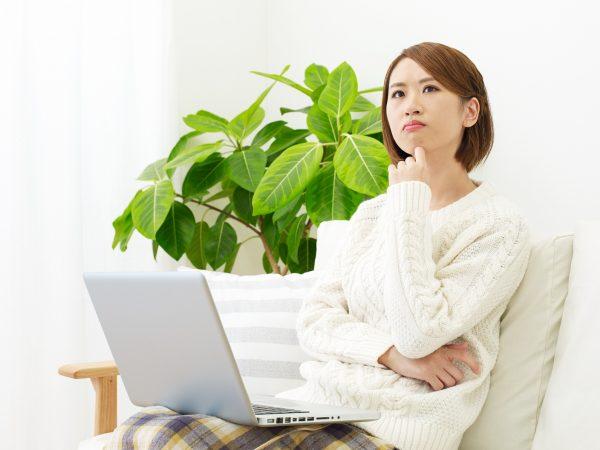 街コンレポート_ノートパソコンを見ながら悩んでいる女性