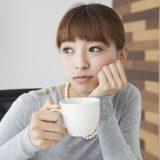 街コンレポート_女性が悩まし気にコーヒーを飲んでいます