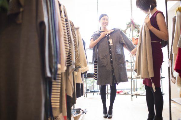 街コンレポート_友人と洋服を選んでいる女性